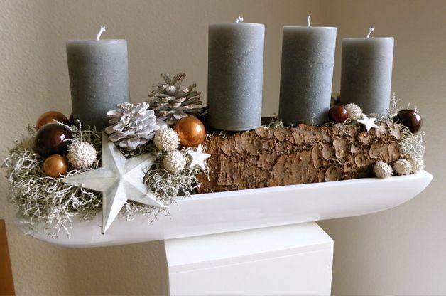 Adventsarrangement auf Hochglanzschale und echter Rinde gesteckt, hochwertige Kerzen von Weizenkorn, Schweiz, Glaskugeln, Zapfen, hochwertige Emailiesterne - alles was man für den stilvollen Tisch...
