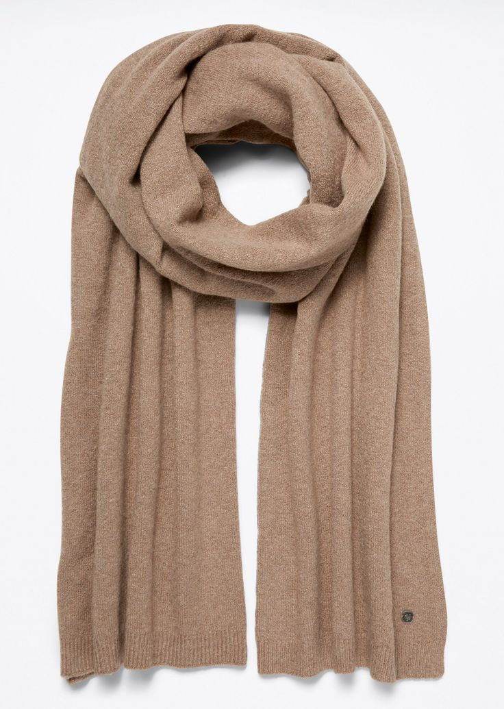 Gebreide sjaal  Description: De sjaal is gemaakt van fijn zacht katoen en wol. Het geheel heeft een glad zacht oppervlak. Aan de korte zijkanten bevinden zich smalle geribde banden. Met klein metalen logo  Price: 84.90  Meer informatie  #Marc OPolo