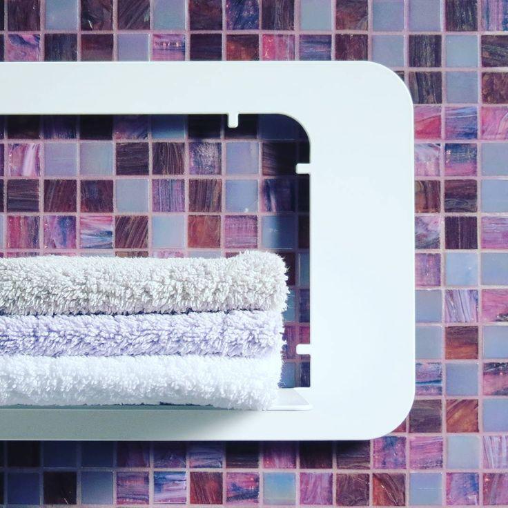 idimmidove | Un dettaglio del nuovo #sopralí in formato large!  #idimmidove #design #mensola #bagno #mosaico #miscela #marlene #bisazza #viola #dettaglio #asciugamano . #steeldesign #madeinitaly #metal #shelf #bathroom #decor #blends #violet #detail #towel #brandnew #pickoftheday #instadesign #designgram