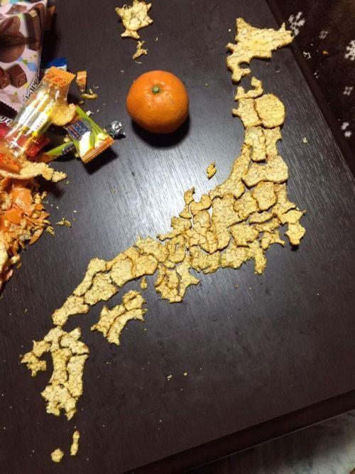 ミカンの皮で日本地図  炬燵に蜜柑…間違い無く日本の子