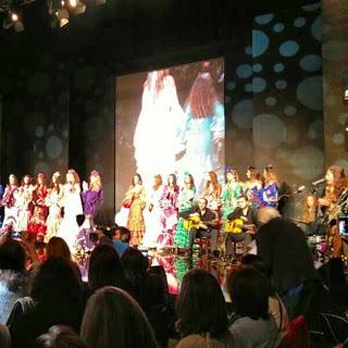 Simof, como un niño con zapatos nuevos. Desfile de MARYPAZ con Aurora Gaviño en #Simof. #Sevilla #modaflamenca #flamenco