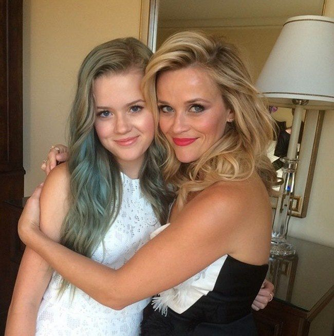 Reese Witherspoon with mini me daughter Ava.