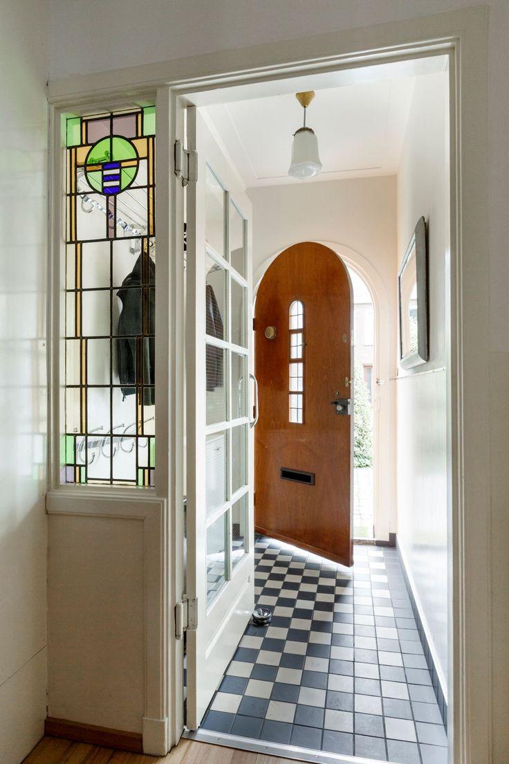 Jaren30woningen.nl | Mooie vestibule met authentieke details in #jaren30 woning in Utrecht