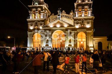 Córdoba, Argentina - 13 de marzo de 2013: Grupo mediano de personas por el sacerdote, la celebración de la noche frente a la Catedral de Córdoba, Argentina, el supuesto del Papa Francisco (Bergoglio).