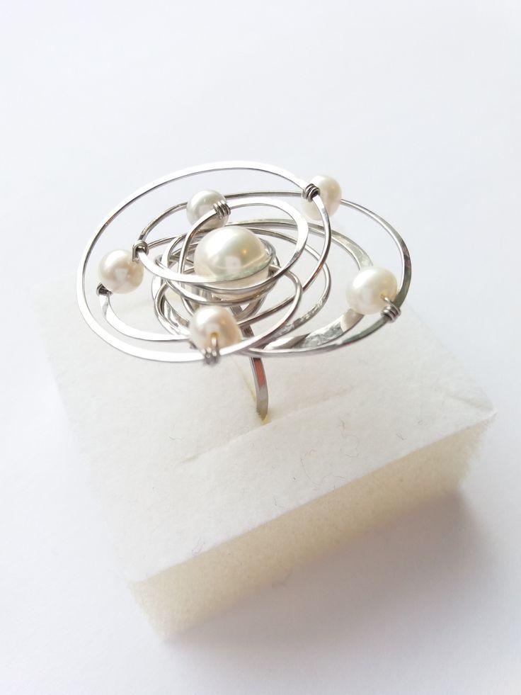 """Prsten+Nr.133+""""Z+ranní+rosy""""+exkluzivní+perly+Autorský+šperk.+Originál,+který+existuje+pouze+vjednom+jediném+exempláři.Vyniká+svou+lehkostí,+jedinečným+výrazem,+kouzelným+prostorovým+asymetrickým+tvarem+a+elegancí+čistých+linií.+Šperk+se+hodí+ke+každé+i+každodenní+příležitosti.+Prostorový+tvar+vždy+vypadá+velmi+lehce,+vzdušně,+zajímavě+a+na+ruce,+která+je..."""
