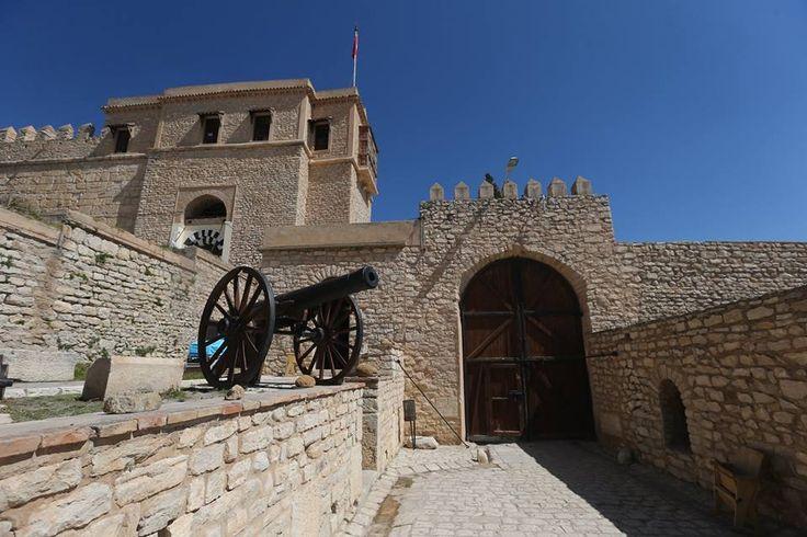 Tunus'ta bir Osmanlı mirası: Kef Kalesi Tunus'un kuzeybatısındaki Kef kentinin en yüksek noktasında bulunan Osmanlı mirası Kef Kalesi dört asırdan bu yana tarihe tanıklığını sürdürüyor. Cezayir sınırında, Atlas sıradağları uzantısında yer alan 735 rakımdaki Deyr Dağı'na yapılan bir tırmanıştan sonra varılan Kef Kalesi, yerli ve yabancı ziyaretçilerine eşsiz kent manzarasının yanı sıra tarihi bir yolculuk imkanı da sunuyor.