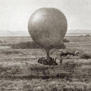 Die Engelse besig om 'n verspiedingsballon voor te berei by Magersfontein – die Boere was op daardie stadium in die heuwels op die agtergrond. (Foto gekry op Wikipedia)