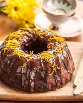 Πεντανόστιμο, αφράτο κέικ πορτοκάλι καλυμμένο με σοκολατένιο γλάσο. Μια εξαιρετική συνταγή για ένα από τα πιο εύκολα, γρήγορα και απλά γλυκίσματα που μπορε