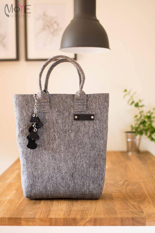 Szara prosta torebka z breloczkiem - Moye-rekodzielo - Torebki