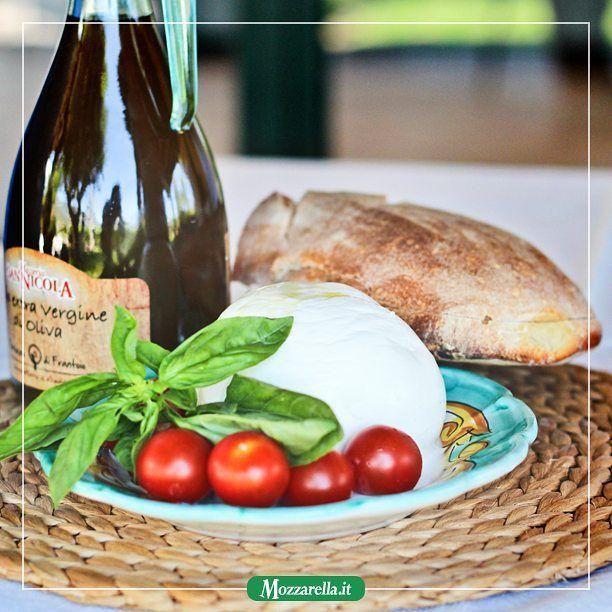 """""""Il bocconcino sono gli #Oasis ascoltati nel baretto bevendo un #caffè corretto prima di rinchiudersi inufficio. La #mozzarella è un lungo assolo di Slash coni woofer al massimo e una bottiglia di #whiskey irlandese."""" @soldatoinnamorato . . .  #mozzarelladibufala #provola #provolaaffumicata #lattedibufala #madeinitaly #realmentebuona #prodottoitaliano #mozzarellait #italia #milano #torino #firenze #rimini #bologna #pisa #roma #cagliari #genova #venezia #trieste #trento #reggiocalabria…"""