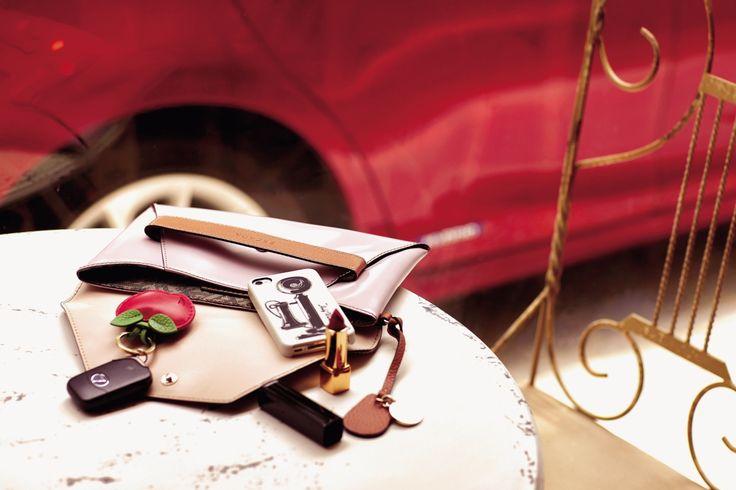 클러치백 에스까다, 사과 모양의 키링 멀버리, 앤티크 전화기가 새겨진 앤디워홀 컬러보레이션 아이폰 케이스 인케이스, 고혹적인 레드 립스틱 샤넬.   Lexus i-Magazine 앱 다운로드 ▶ http://www.lexus.co.kr/magazine #CT #Fashion #Style #Trend #Magazine #Car #Lexus