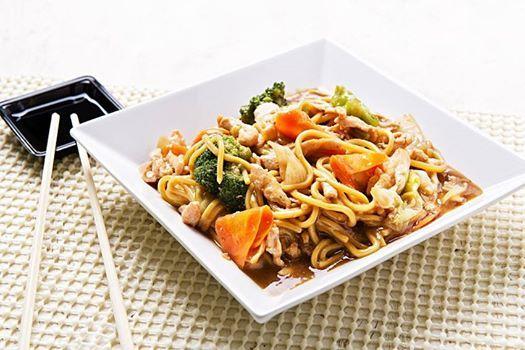 YAKISOBA  Prato de origem chinesa, muito popular também na culinária japonesa, que significa literalmente macarrão de sobá frito.  O prato, conhecido internacionalmente, é composto por legumes e verduras que podem ou não ser fritos juntamente com o macarrão e aos quais se agrega algum tipo de carne.