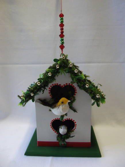 Casa de passarinho, confeccionada em MDF, decorada com decoupagem, mini guirlanda, musgo, bolinhas de Natal e fita de gorgurão. Tem 2 passarinhos. Fica linda para decorar a varanda, pendurada em uma janela, perto da árvore de Natal, pendurada na lareira, etc. R$ 45,00