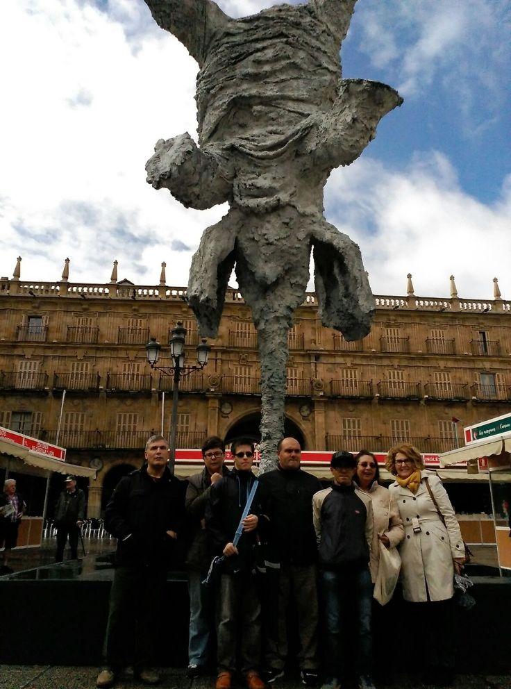 Aprovechando la visita a la Feria del Libro (12 de mayo 2017). los integrantes del club Cuentahistorias se hicieron una foto con la escultura de Barceló en la Plaza Mayor de Salamanca