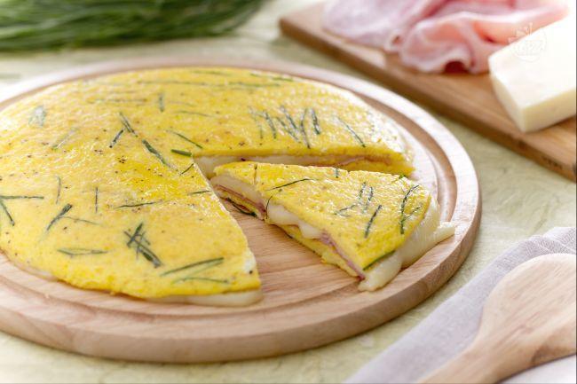 La frittata ripiena è un secondo piatto sfizioso: una frittata farcita con formaggio e prosciutto cotto, ideale anche per un pic-nic!