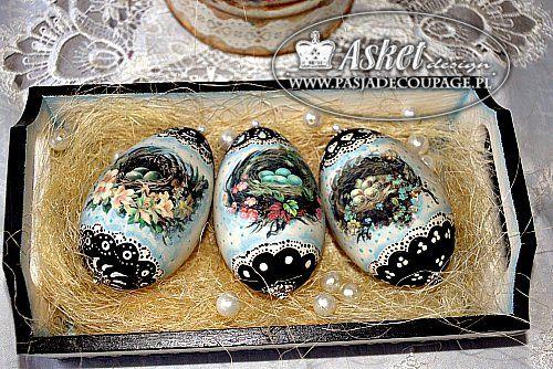 Jaja wielkanocne - gniazda z jajkami na jajkach