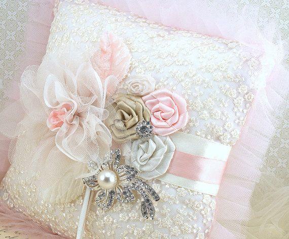 Anillo portador almohada almohada nupcial en Blush rosa, champán y marfil con encaje, tul y broche de cristal