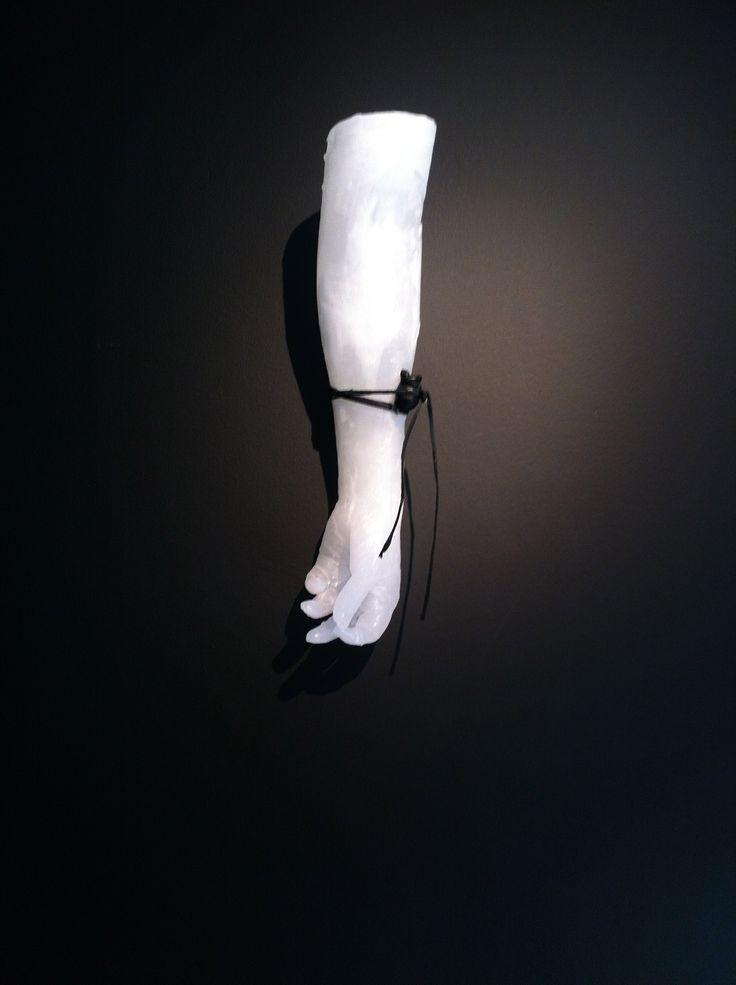 Bras en paraffine / cœur en porcelaine peinte en noir / lien en cuir (55cm) Réalisation Isabelle Bonté-Hessed2