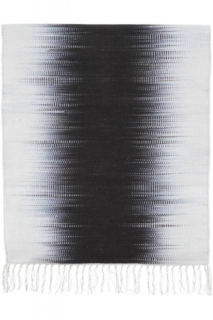 115,- Dit House Doctor vloerkleed heeft een wit met zwarte kleur en is gemaakt van katoen. Het vloerkleed is 70 cm breed en 240 cm lang.