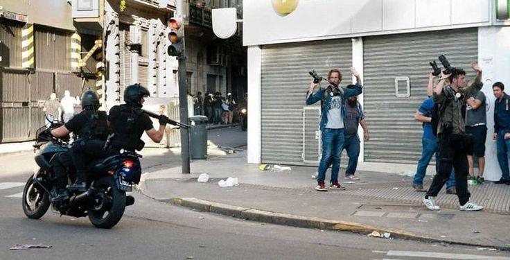 Represión a la prensa independiente en Argentina, brutal represión, ley contra el pueblo, Mauricio Macri, Patricia Bullrich,