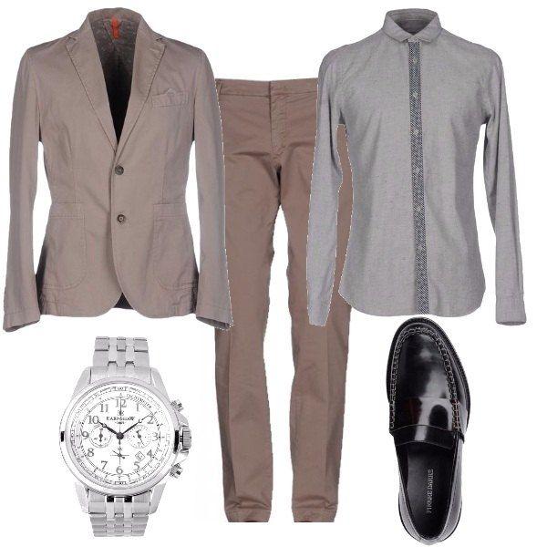 Outfit per l'ufficio, per chi non ama la cravatta: pantaloni a gamba dritta e giacca, leggermente elasticizzata, entrambi color coloniale, camicia grigia profilata a motivi geometrici, mocassini di pelle neri e orologio crono in acciaio.