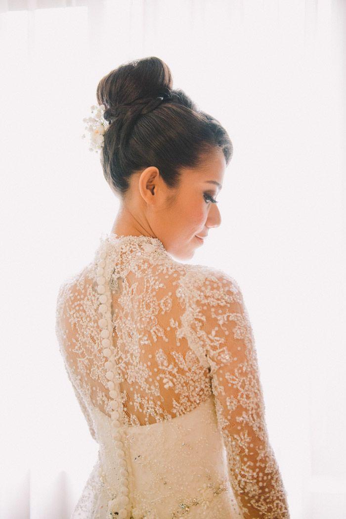 Traditional kebaya stunning details. Photo by Diktatphotography. www.theweddingnotebook.com