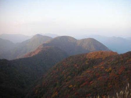 紅葉に色づく伊吹山。