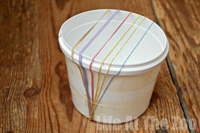 Plastic bekertje en elastiekjes