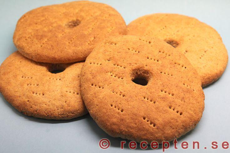 Recept på rågsiktskakor. Dessa klassiska bröd med hål i mitten bakas enkelt. Bilder steg för steg.