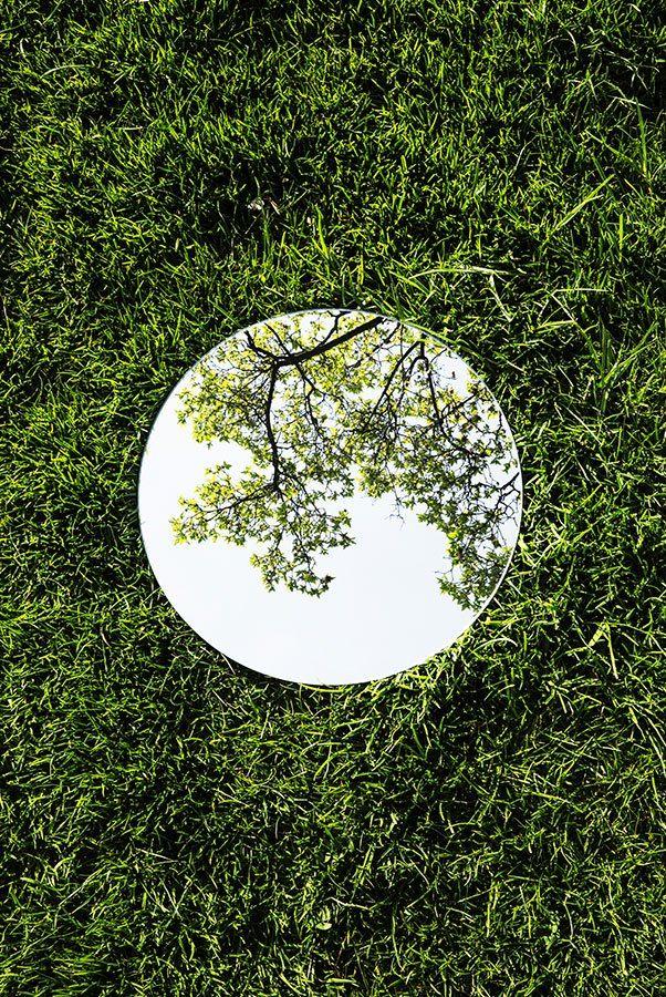 Stille reflectie – Symmetrie en stilte. Dat is wat kunstenaar Sebastian Magnani nastreeft, en vindt in de natuurtaferelen die reflecteren in zijn ronde spiegels. Als het ware kleine planeten, plaats hij ze in een perfecte positie én compositie …