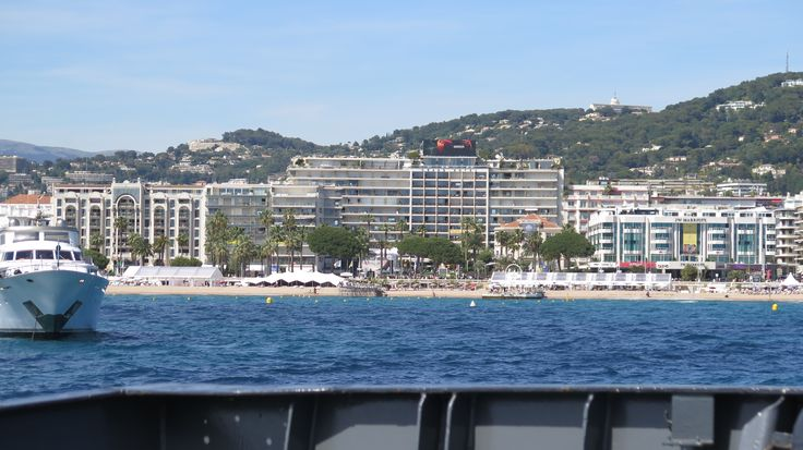 La plage de la Croisette à Cannes, un endroit parfait pour flâner et profiter du farniente.
