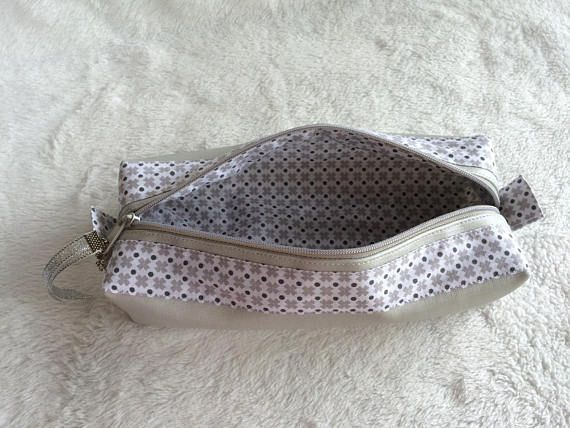 Pouches fancy rectangular grey leatherette. On top of the bag two strips of printed cotton fabric. Inside the kit is fully lined with the same fabric as the outer bands. Small Ribbon on the cursseur with flower charm. Dimension of the case: 20 cm long by 8.5 cm wide and 4 cm in height. Several models are available in the shop. Handmade 100% handmade. Shipping by registered post.