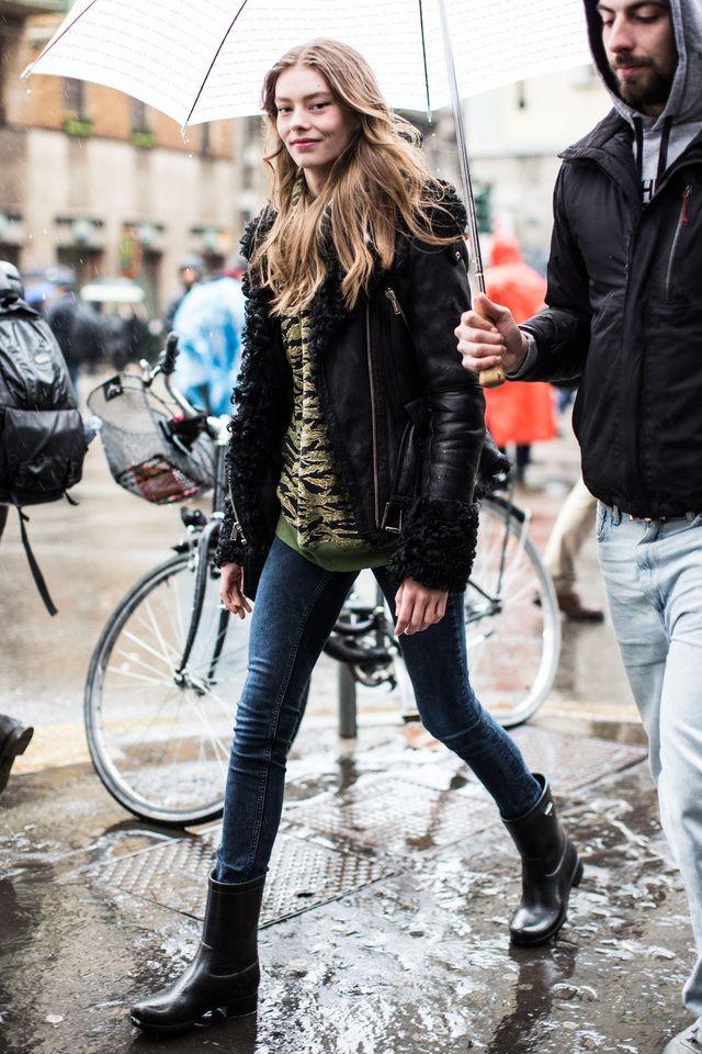 Alerte pluie ! Malgré l'arrivée de l'été, la météo reste capricieuse. De Léa Seydoux à Anna Dello Russo... Tour d'horizon des meilleurs street looks qui nous inspirent par temps humide.