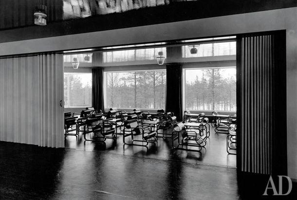 Так называемый лекционный зал с креслами, которые впоследствии получат название Paimio, и глянцевыми потолками, в которых отражается сосновый лес.