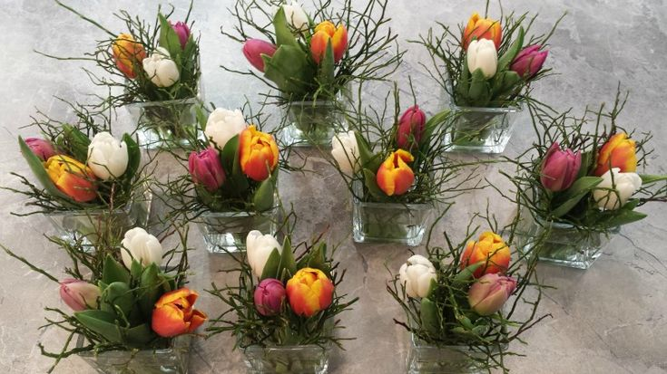 Frühlingshafte Tischdeko mit bunten Tulpen