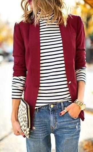 Rotes Sakko, Weißer und schwarzer horizontal gestreifter Rollkragenpullover, Blaue Boyfriend Jeans, Weiße Wildleder Clutch mit Leopardenmuster für Damen