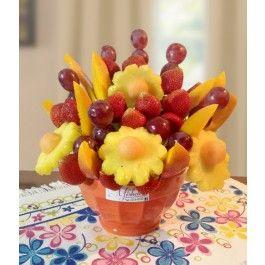 Arreglo frutal con una  deliciosa combinación de frutas tropicales piña, mango, uvas, fresas y melón en una base de cerámica.SE DEBE HACER PEDIDO CON UN DÍA DE ANTELACIÓN.