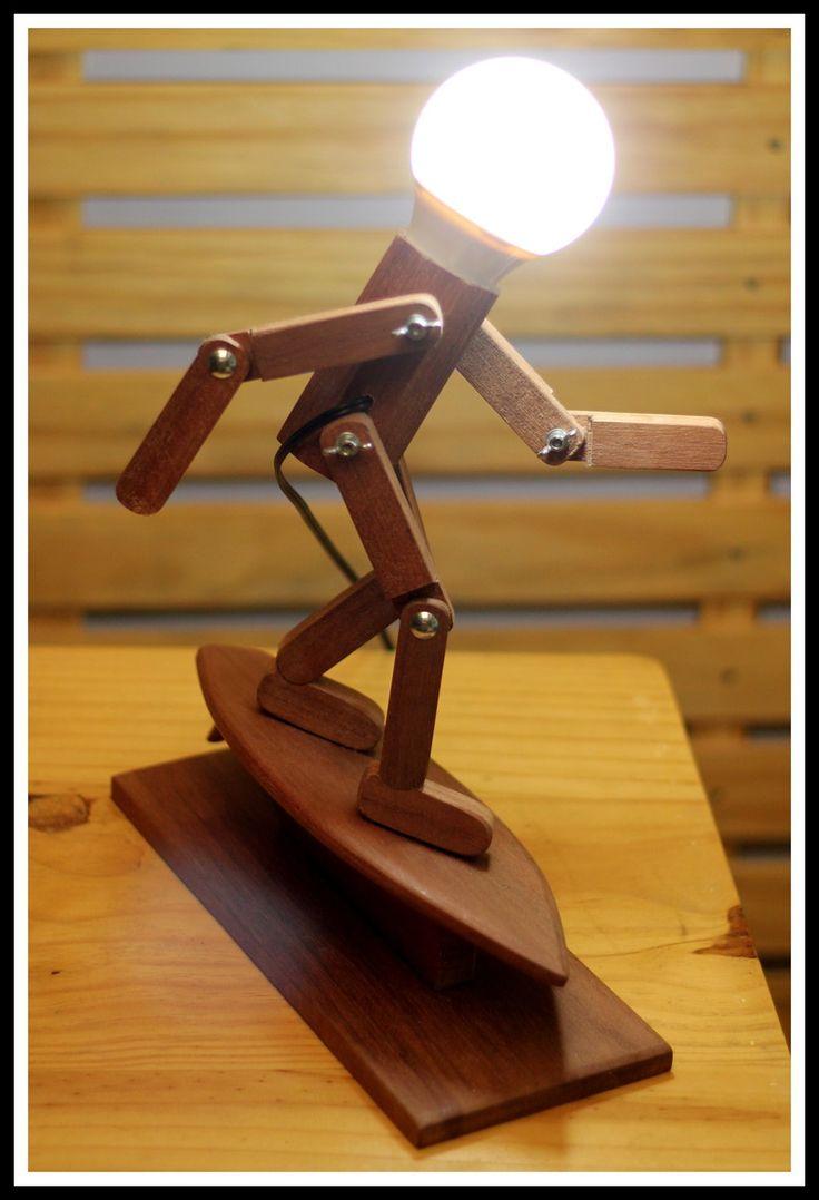 ****** PROMOÇÃO DE LANÇAMENTO**********  Lindas Luminárias de Mesa, linha Articulados da Genially Design, construída em madeira Tauari Maciça, com aplicação de fungicida para proteção contra pragas, com articulações possibilitando algumas posições do personagem, iluminação com lampada de LED 12 w...