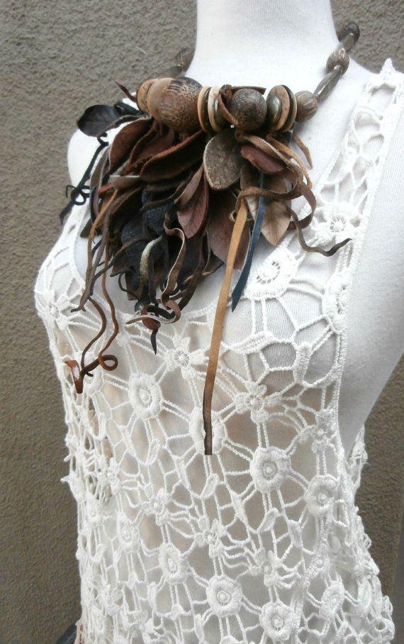 Je suis Designer indépendant accessoires vivant en Californie. Mes colliers sont mes créations originales. Chaque œuvre dArt portable est un dune sorte