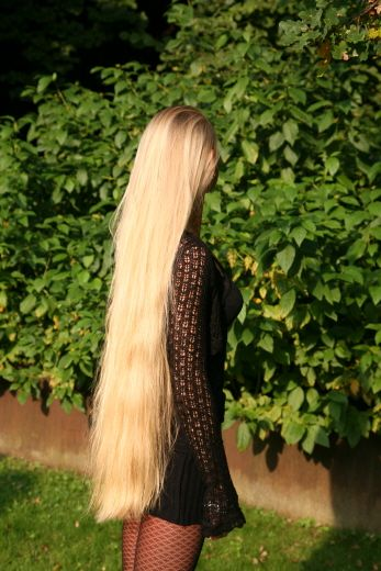 wish my hair looked like that, only a little bit shorter, like 4 or 5 inches because I'd be afraid id sit on it in school haha.
