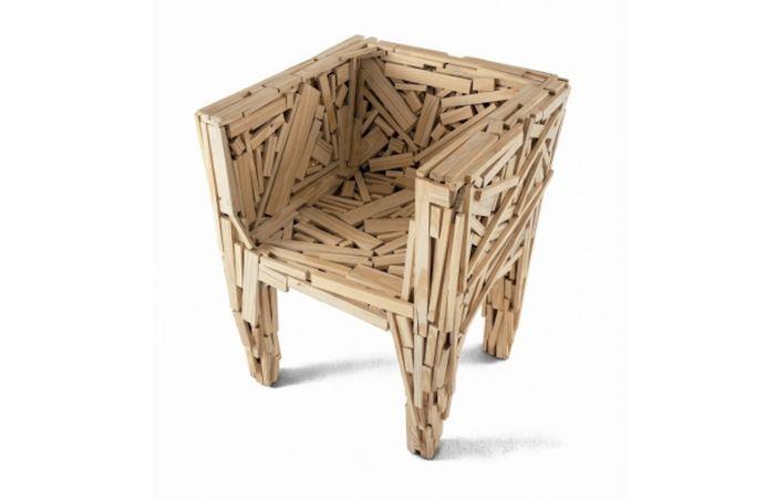 De 2009, a poltrona Favela foi concebida originalmente em 1991 a partir de fragmentos de tábuas de madeira pregadas  irmaos Campanas Brasil