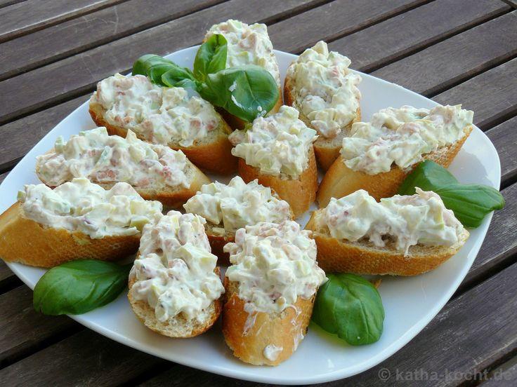 Ich habe hier ein paar leckere Avocado-Krabben Schnittchen für euch. Die könnt ihr als Vorspeise, auf dem Buffet oder als schnelles Abendbrot servieren!