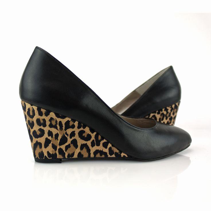 Este modelo de zapatos con cuña nos tiene enamorados ¡Mira que combinación mas acertada eligió nuestra clienta! Encárgalos en los materiales y colores que prefieras haciendo CLIC #WEDGESHOES #MADETOORDER #CHOOSECOLOR #MADEINSPAIN #FASHION #SHOES #cuñas #leopardo #estampado #zapatos #moda