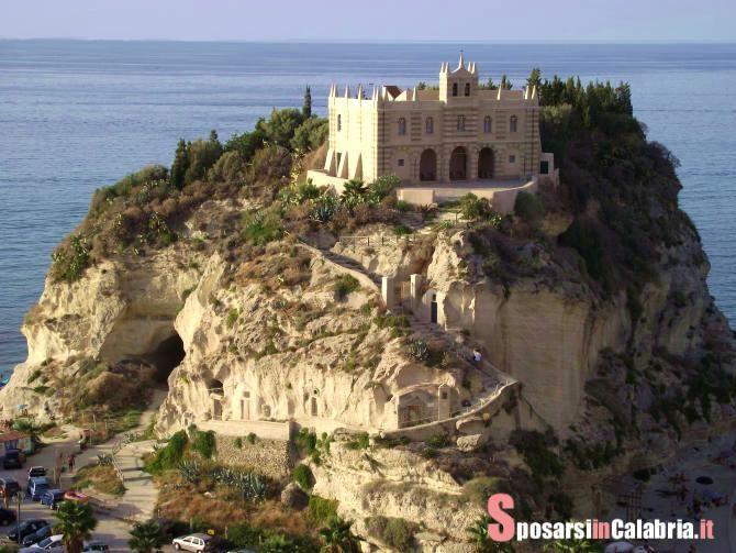#Matrimonio in #Italia, la #Calabria è la vostra meta, #Tropea la meta più gettonata, con il bellissimo Santuario di Santa Maria dell'Isola, ma molte altre #chiese ci sono a Tropea dove sposarsi.