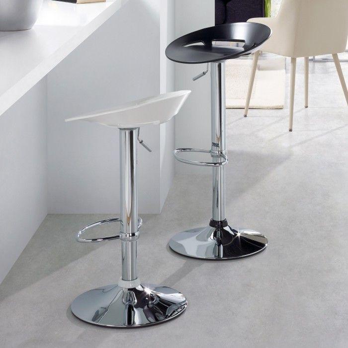 Sgabello di design, semplice ed essenziale. Elevabile e girevole. Con base in acciaio cromato e seduta in plastica dura nei colori nero e bianco. Adatto per la casa, cucina, ma anche per bar, arredamento design contract e forniture.