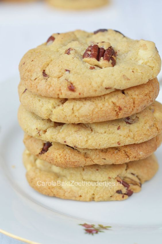 Chewy American cookies with pecan en white chocolate. The boy are almost fighting over them here at home.   Chewy Pecan en witte chocoladekoekjes - Carola Bakt Zoethoudertjes
