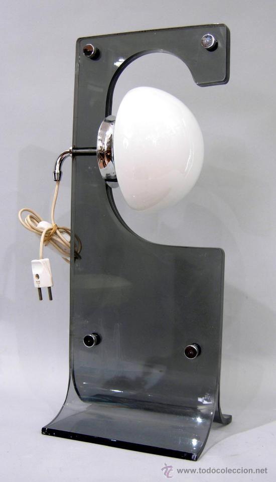 Lámpara de mesa en metacrilato, pantalla de vidrio blanco, años 70, 49 cm de alto, 100 €