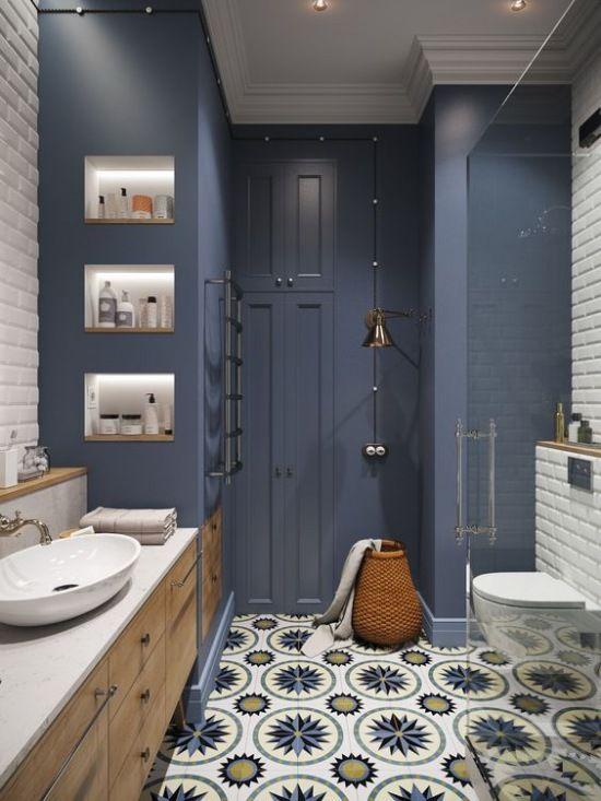 Wysoka łazienka Z Niebieską ścianą I Wzorzystą Podłogą