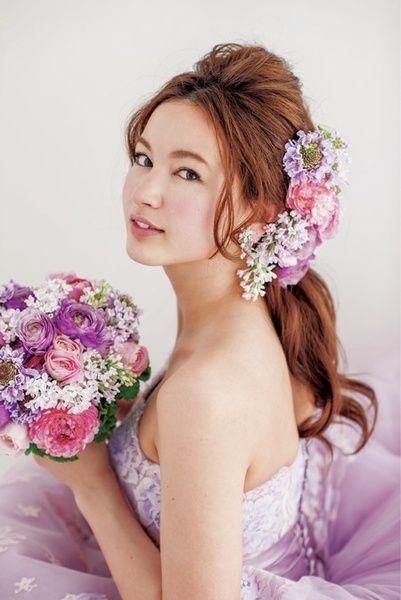 ドレスにリンクさせたラベンダーカラーの花でスウィートに!/Front|ヘアメイクカタログ|ザ・ウエディング