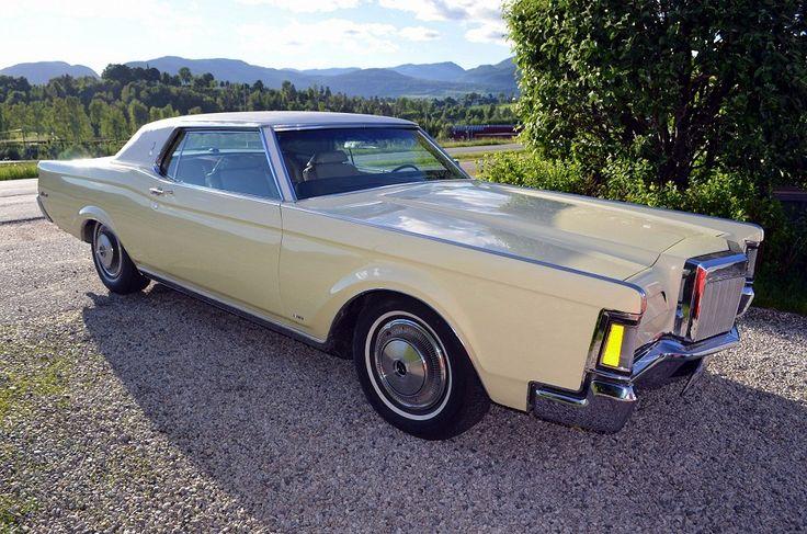 Staselig Lincoln Continental Mark III (1970) for spesielle anledninger. Bilen pyntes med flagg og sløyfer etter avtale, og sjåfør stiller i svart dress.